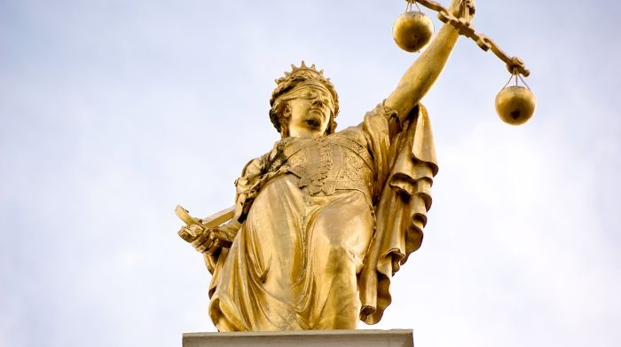Picture: Golden Lady Justice, Bruges, Belgium by Emmanuel Huybrechts, licence CC BY 2.0, cropped, added brightness