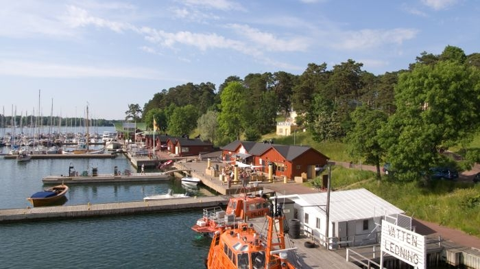 Picture: Västerhamn in Mariehamn, Åland by Fanny Schertzer, licence CC BY-SA 3.0, cropped