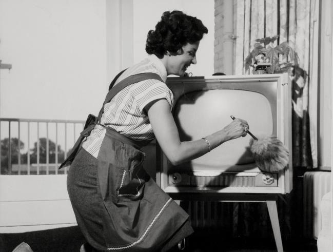 Dusting the television with a feather-brush from the Dutch National Archives, licence CC0 1.0
