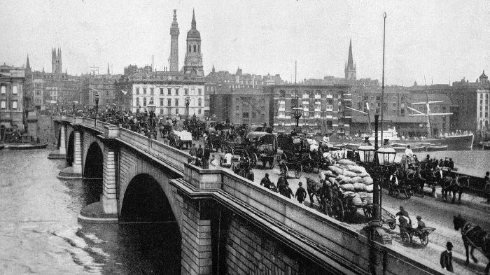 Picture: London Bridge 1900, license: public domain
