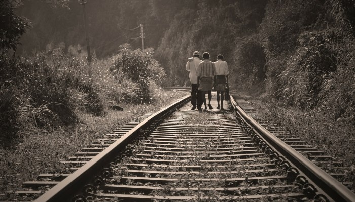 Picture: Railroad, people, walking by nuzree, license CC0