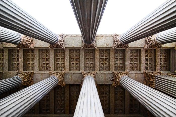 Picture: Parliament based on columns, Vienna by Dominik Bartsch, license CC BY 2.0