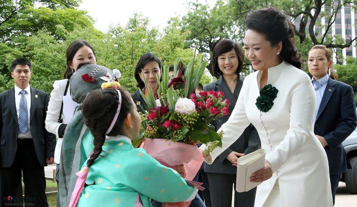Korea_PengLiyuan_Visiting_Changdeokgung_01 by Republic of Korea, licence: CC BY-SA 2.0