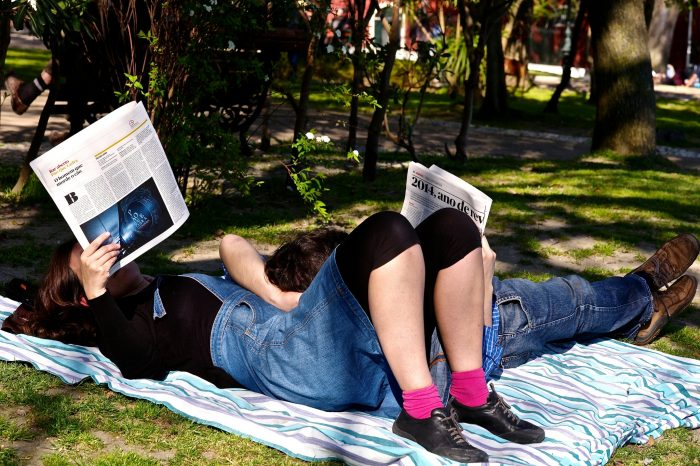 Reading the newspaper in a Saturday afternoon by Pedro Ribeiro Simões, licence CC BY 2.0