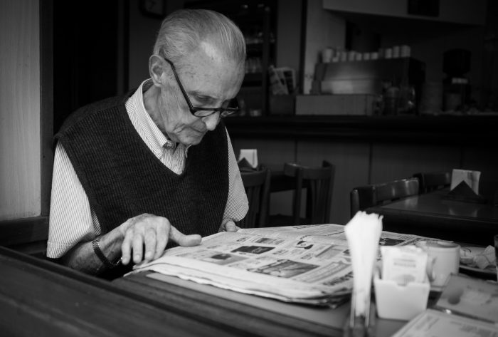 reading the newspaper byNicolas Alejandro, licence: CC BY 2.0